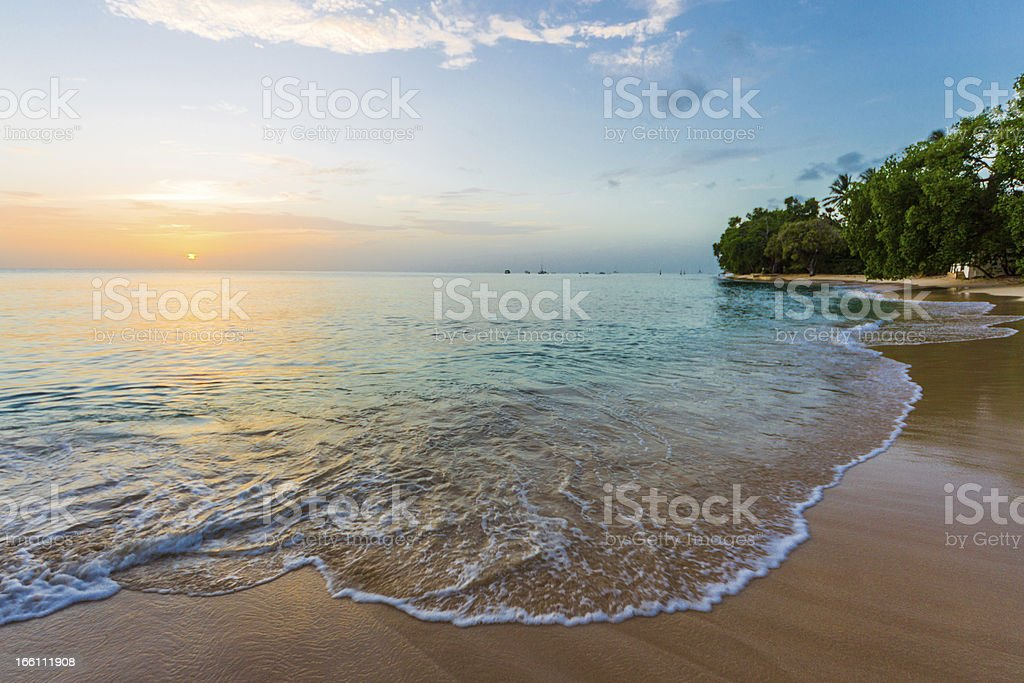 Belo pôr do sol sobre uma praia de Barbados - foto de acervo