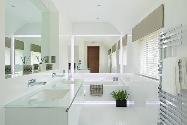 wunderschöne weiße badezimmer mit led-beleuchtung - sanitäreinrichtung stock-fotos und bilder