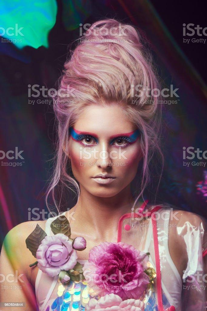 Wunderschone Frau In Bio Pompadour Stil Weiblich In Mode Transparenten Regenmantel Mit Prachtigen Makeup Und Frisur Fotoshooting Durch Seifenblase