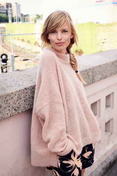 gorgeous woman in pink - vor zöpfe stock-fotos und bilder