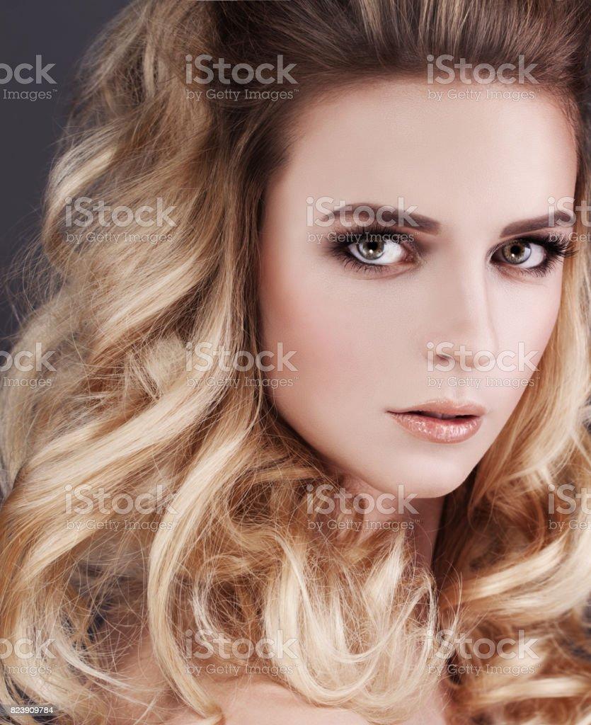 Hermosa Mujer Con Cabello Rubio Peinado Rizado Teñido Foto