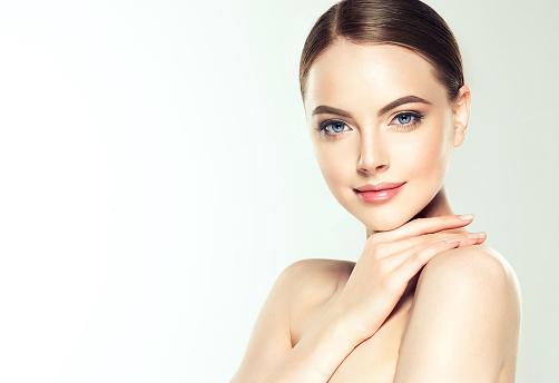 Gorgeous Unga Kvinnan Med Ren Fräsch Hud Är Rörande Eget Ansikte Ljus Leende På Det Perfekta Ansiktet Kosmetologi-foton och fler bilder på Alternativ terapi