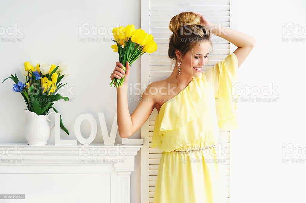 Wunderschöne Junge Frau mit gelben Tulpen – Foto