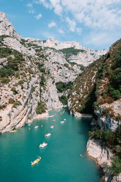 베 르 동, 프로방스, 남쪽 프랑스에서에서 유럽 캐년 협곡 torquoise 물, 여름 틸트-시프트 보기 통해 카누에 수영 하는 사람들 - 생태 보전 지역 뉴스 사진 이미지