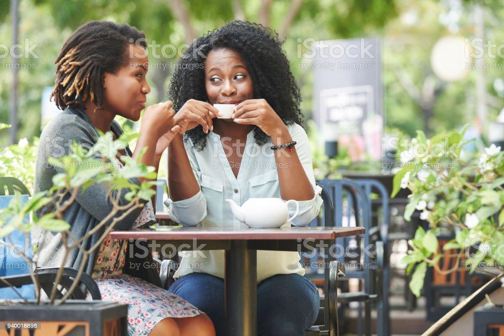 Gossiping Freunden – Foto