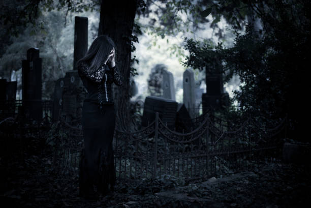 Chica Goth en cementerio - foto de stock