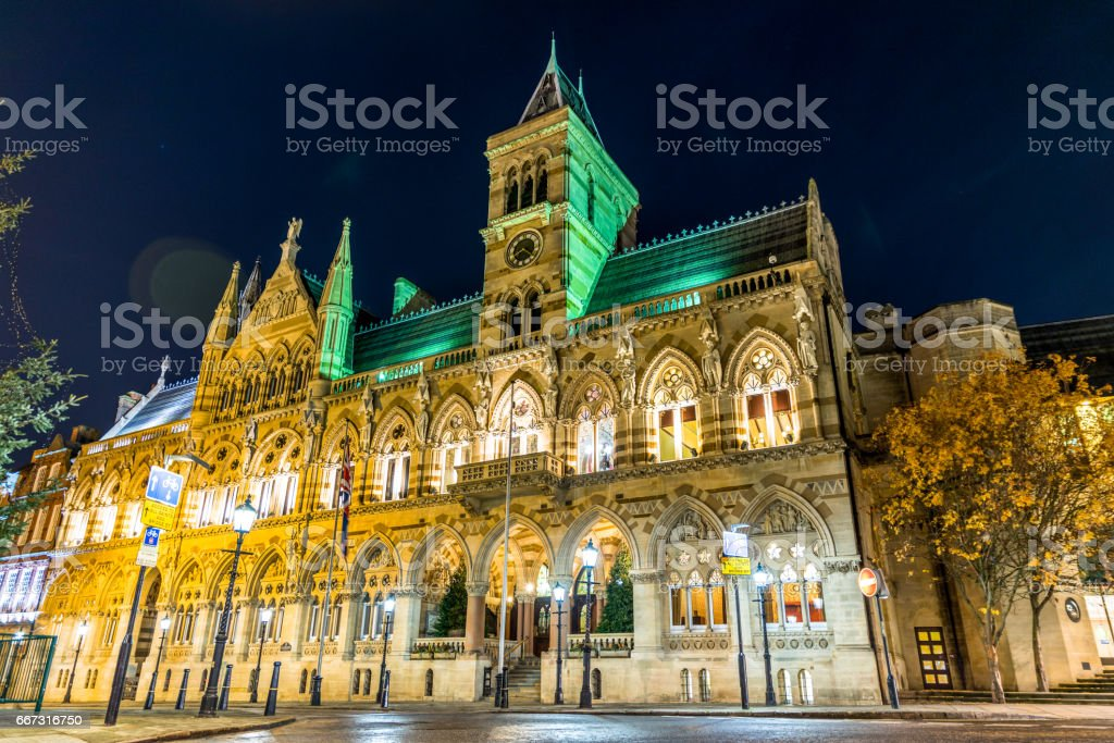 Gothic architecture of Northampton Guildhall building, England. foto de stock libre de derechos