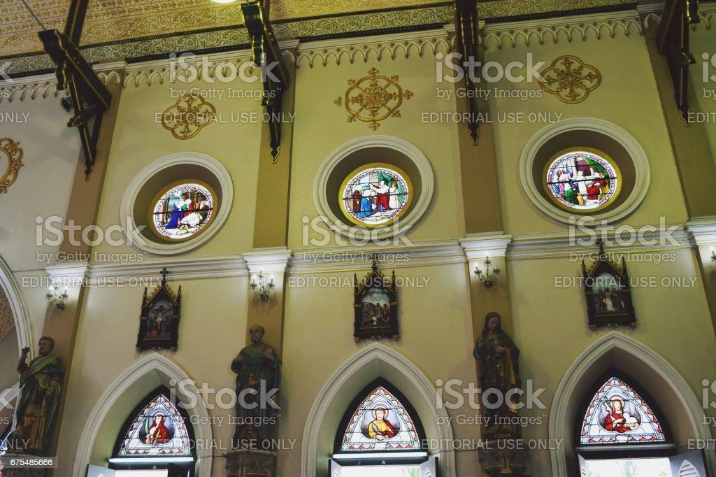 Architecture gothique avec la Statue du saint et l'art du vitrail dans le temple photo libre de droits