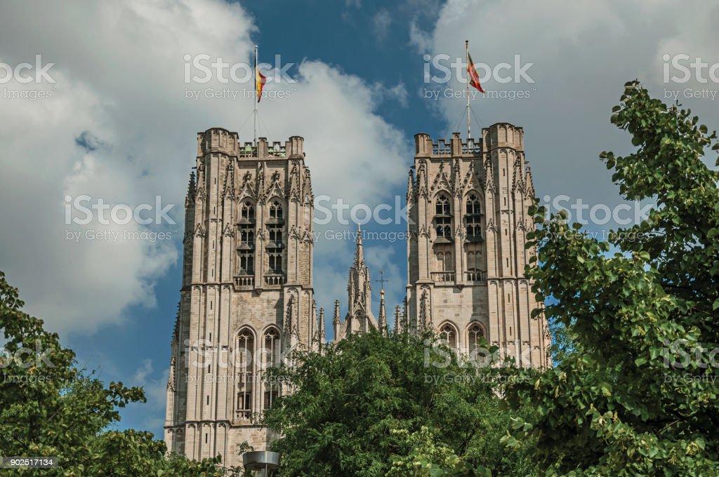 Fachada gótica de St. Michael e de Gudula St Catedral e frondosas árvores em Bruxelas. - foto de acervo