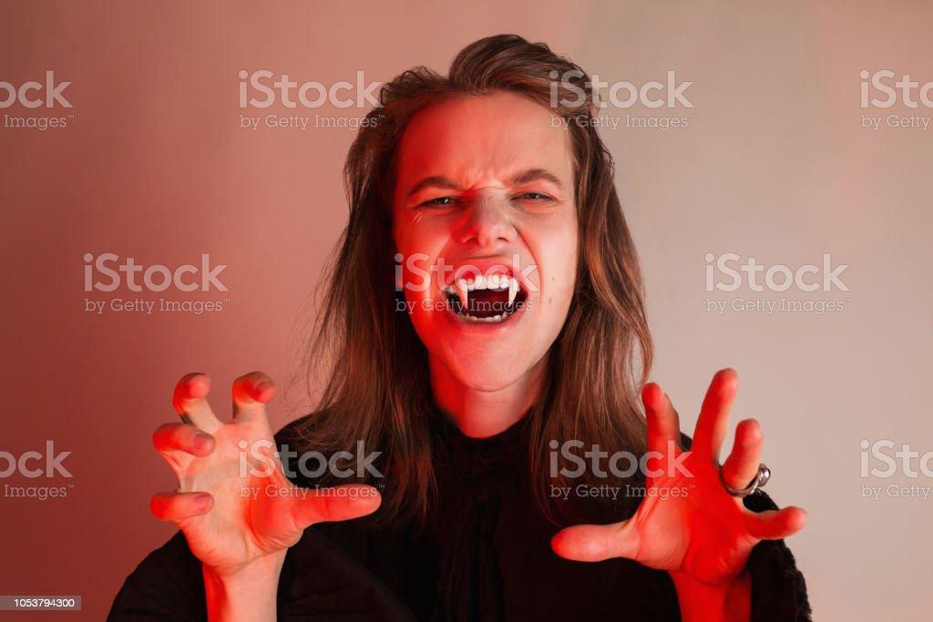 Gothic Halloween Kleider Junge Unheimliche Monster Mit Frisur Earl Mit Langen Haaren Vampirmann Mit Zahnen Gruselige Outfit Fur Halloweenparty