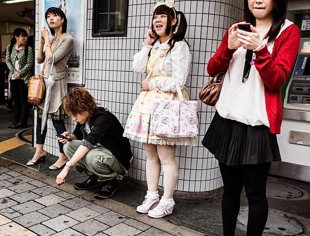 gotische lolita in harajuku station in tokio, japan - tokyo cosplay stock-fotos und bilder