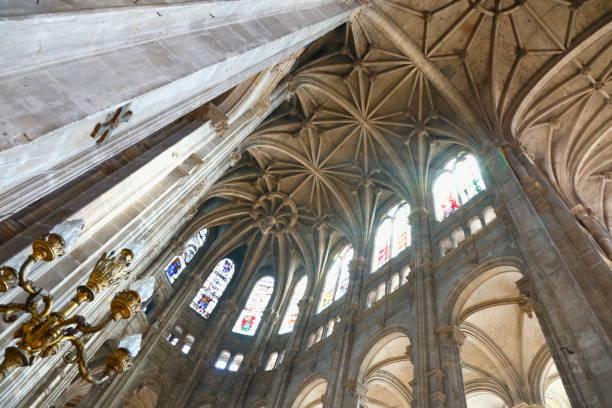 gothic saint eustache cathedral interior roof dome from indoors, paris - france - saint eustache church foto e immagini stock