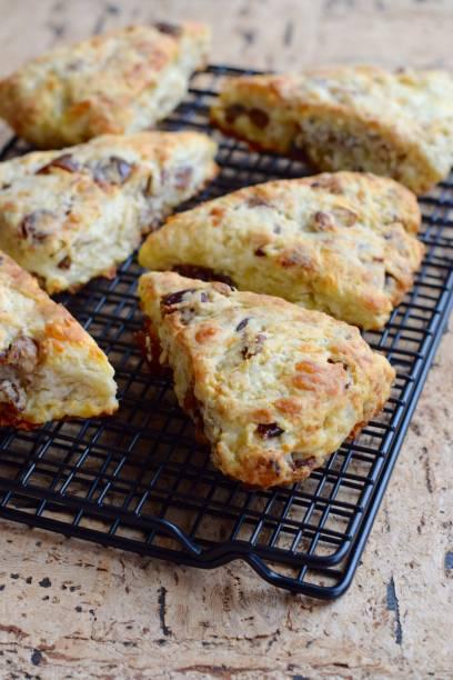 gouda-datum walnuss-gebäck - scones backen stock-fotos und bilder