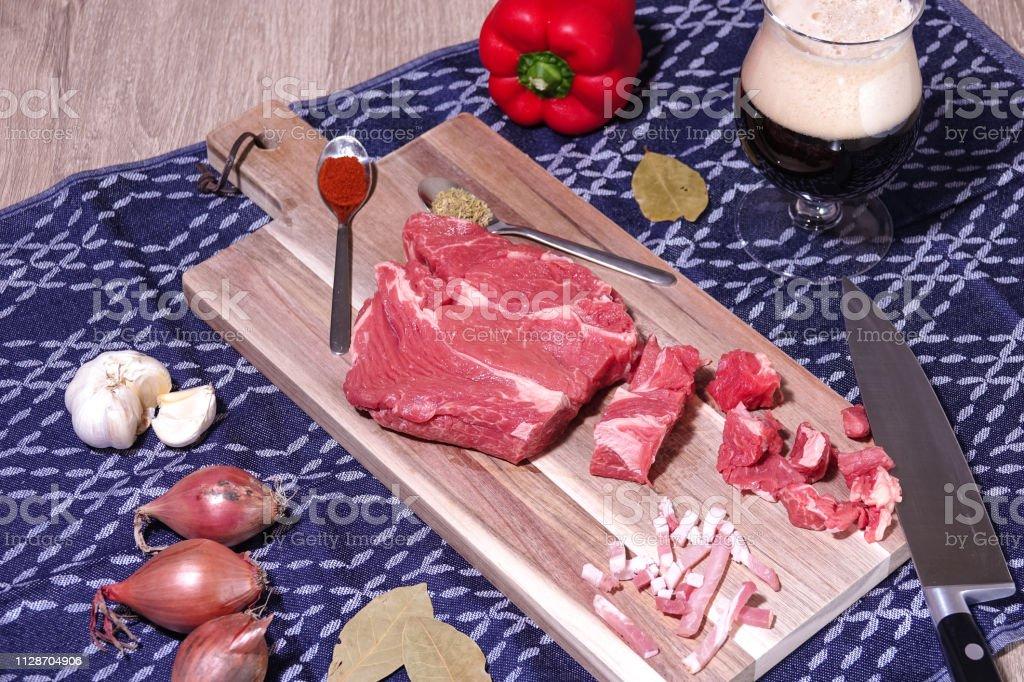 Goulash of rundvlees stoofpot ingrediënten klaar voor het koken. foto