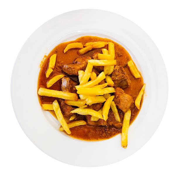 gulasch serviert mit pommes frites mit reichhaltiger soße - schweinegulasch stock-fotos und bilder