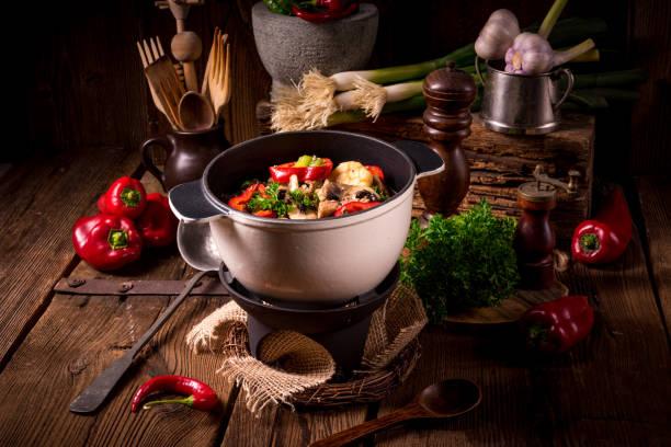 燴與彩色蔬菜 - 匈牙利文化 個照片及圖片檔