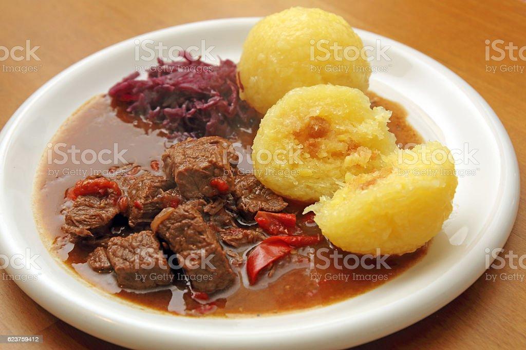 Gulasch mit Knödeln und Rotkohl stock photo