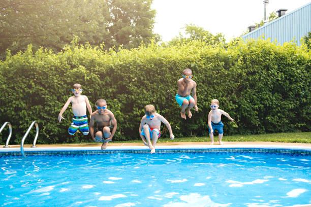 游泳池外的兒童湯 - 游泳池 個照片及圖片檔