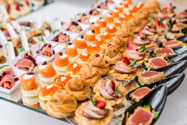 美食開胃菜: 魚子醬、鹿肉、金槍魚和鮭魚。 - 開胃菜 個照片及圖片檔