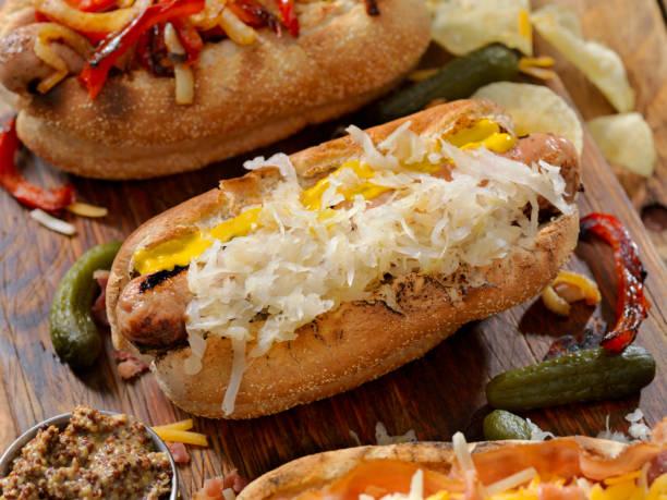 gourmet bratwurst hunde - bratwurst mit sauerkraut stock-fotos und bilder