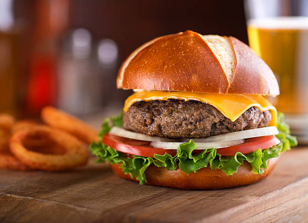 gourmet cheeseburger pretzel bun - 椒鹽蝴蝶圈 個照片及圖片檔