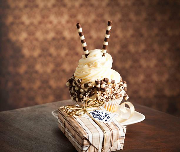 gourmet-cupcakes und geschenk für papa - paisley kuchen stock-fotos und bilder