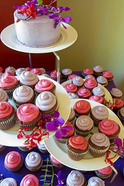 gourmet-cupcakes - cupcake türme stock-fotos und bilder
