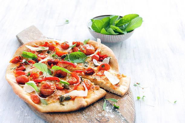 gourmet-pizza - fladenbrotpizza stock-fotos und bilder