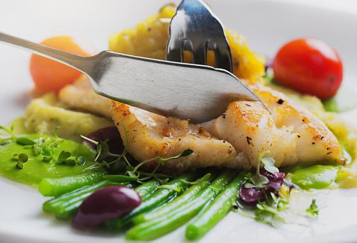 야채와 생선 구이의 별미 요리 0명에 대한 스톡 사진 및 기타 이미지