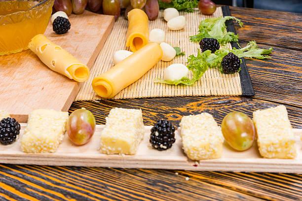 gourmet-obst- und käseplatte auf holztisch - hotel bern stock-fotos und bilder