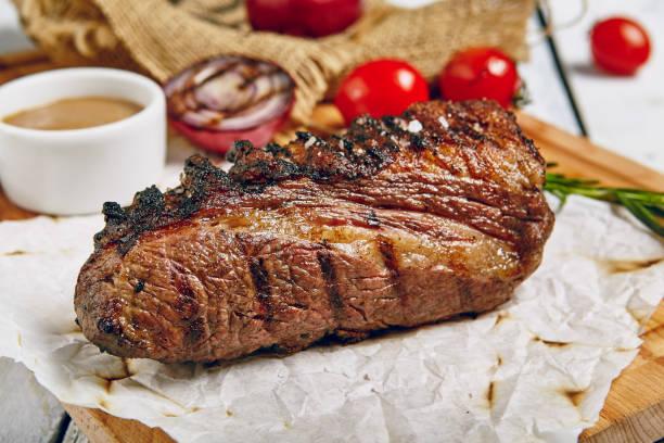 Grill Restaurant Steak Gourmetmenü - Tri-Tip Rindersteak auf hölzernen Hintergrund. Black Angus Prime Beefsteak. Rindfleisch-Steak-Dinner. Ansicht von oben – Foto