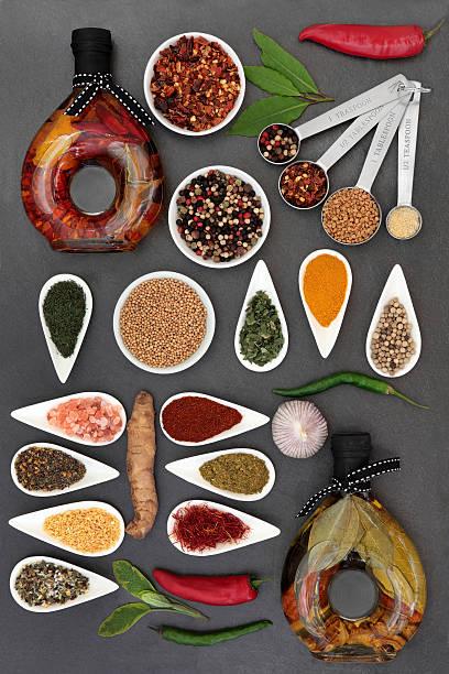 gourmet-olivenöl mit kräutern - bärlauchsalz stock-fotos und bilder