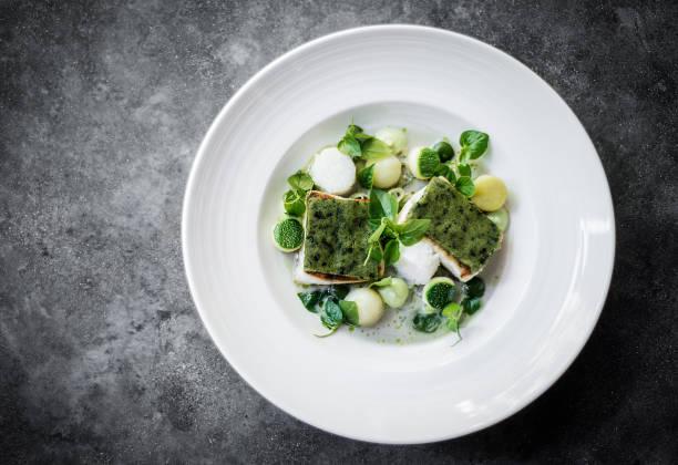 gourmet-braten fisch kabeljaufilet mit kräuterkruste in zitrone-sahne-sauce - essen aktuell stock-fotos und bilder