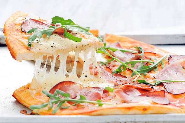 rustikale gehobenes gourmet-pizza - fladenbrotpizza stock-fotos und bilder