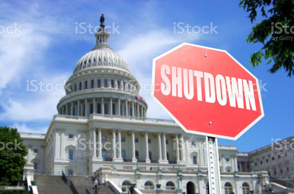 Regierung Shutdown Konzept: Stop-Schild vor Hauptstadt Gebäudekonzept – Foto