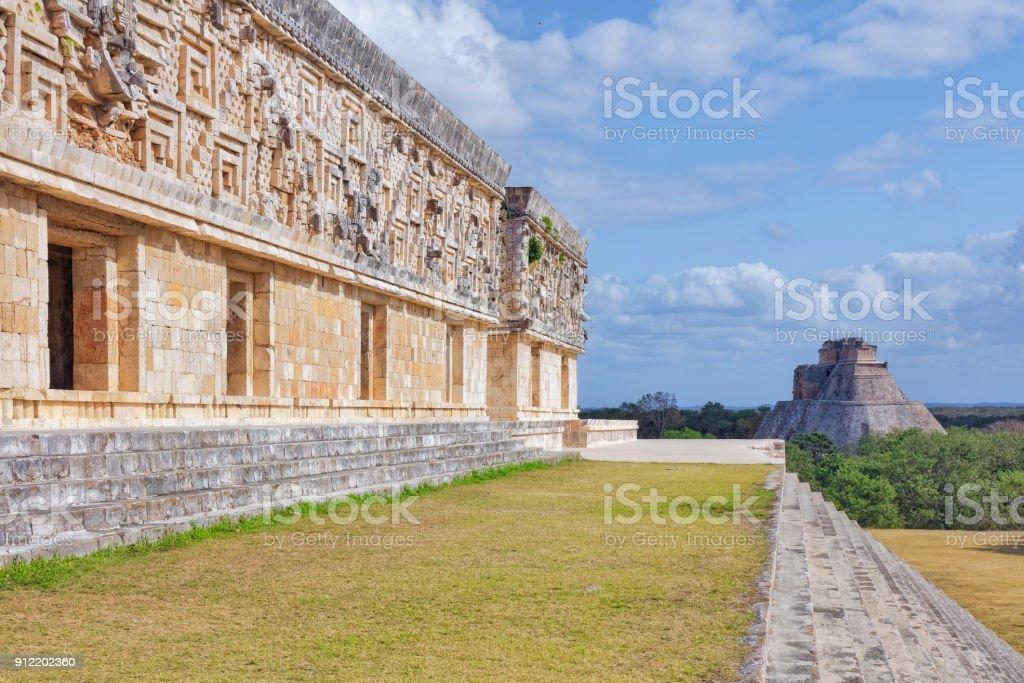 Gouverneurs-Palast und Pyramide des Zauberers in Maya Ruine Komplex von Uxmal - Maya-Kultur in Mexiko – Foto