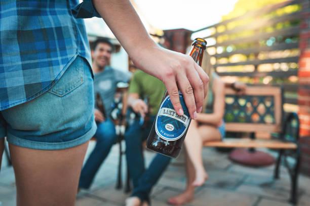 schnappen sie sich einen halt an die guten zeiten - partylabels stock-fotos und bilder