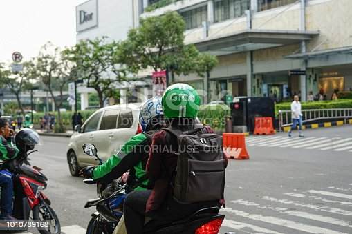 istock Grab Driver pick up passenger 1010789168
