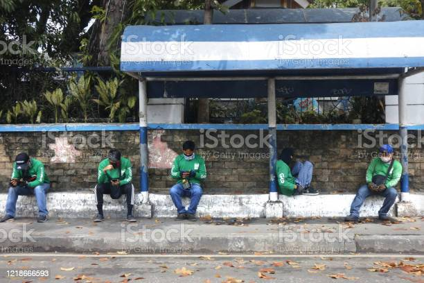 Grab food delivery drivers sit and wait on a sidewalk for orders picture id1218666593?b=1&k=6&m=1218666593&s=612x612&h=ga9q2gr1vduw4qv7 frsep3zzue5a8fur9jrzky20oi=