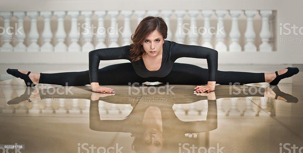 Anmutige Primaballerina bei der Teilstrecken in der Marmor-Etage – Foto