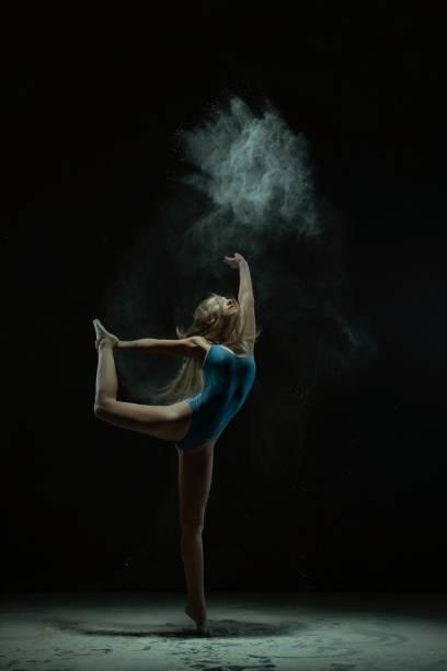 Gruselige Blondine tanzt in Staubwolkenprofil-Ansicht – Foto