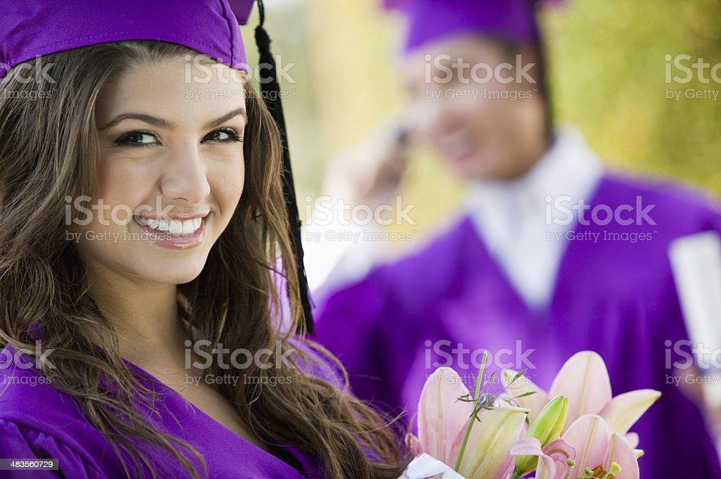 Estudiantes de posgrado con ramo de flores - foto de stock