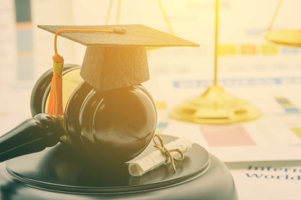 大学院留学プログラムの概念: 小槌、証明書の後ろに正義のバランスのスケールで頑張りました。大学院留学プログラムは、外国からの留学生を受け入れるプログラム - パラリーガル ストックフォトと画像