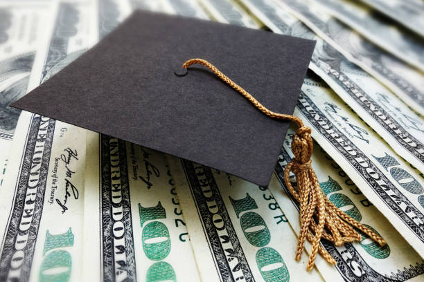 graduation cap on money - długi zdjęcia i obrazy z banku zdjęć