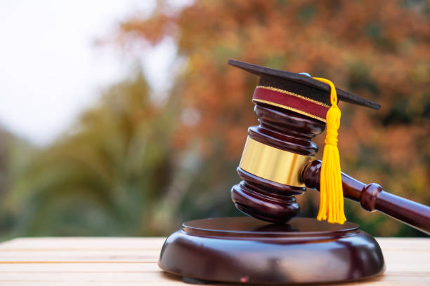 卒業証書ハット/学校弁護士の裁判官早とちり。大学での法学博士に関する国際海外大学院研究の考え方、自己学習のための遠隔教育 - パラリーガル ストックフォトと画像
