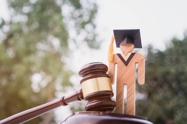 卒業証書の帽子/裁判官は学校の弁護士に与えた。大学における法学法証明書、自己学習のための遠隔教育に関する海外大学院留学の概念 - パラリーガル ストックフォトと画像