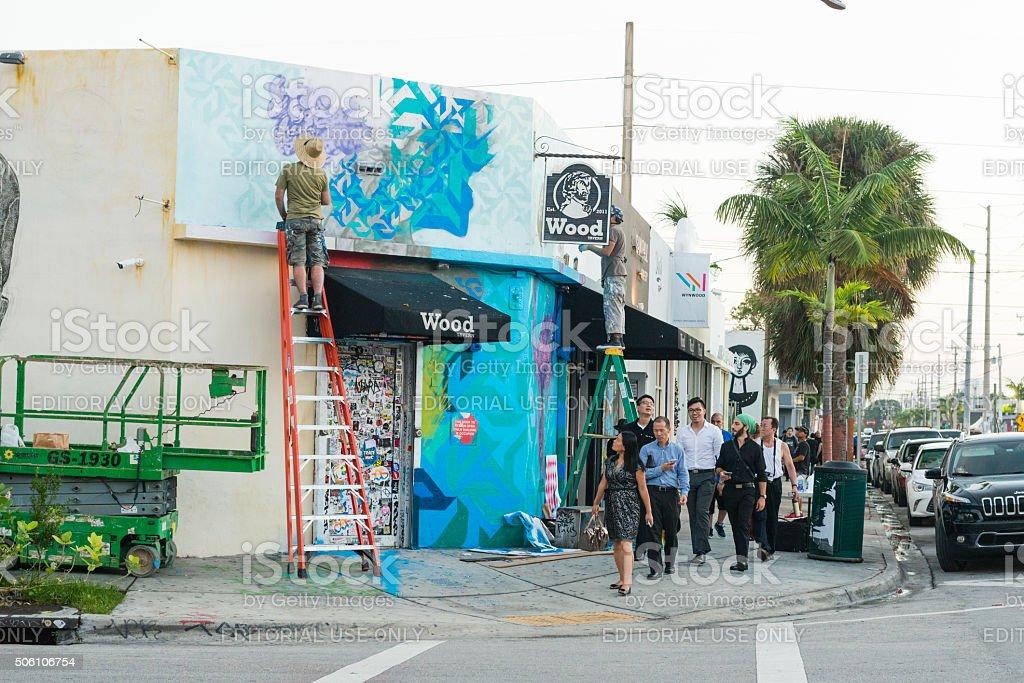 Graffiti-Künstler-Farben Wandmalerei in Miami und Menschen gehen Vergangenheit – Foto