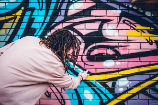 Artista de grafiti con rastas - foto de stock