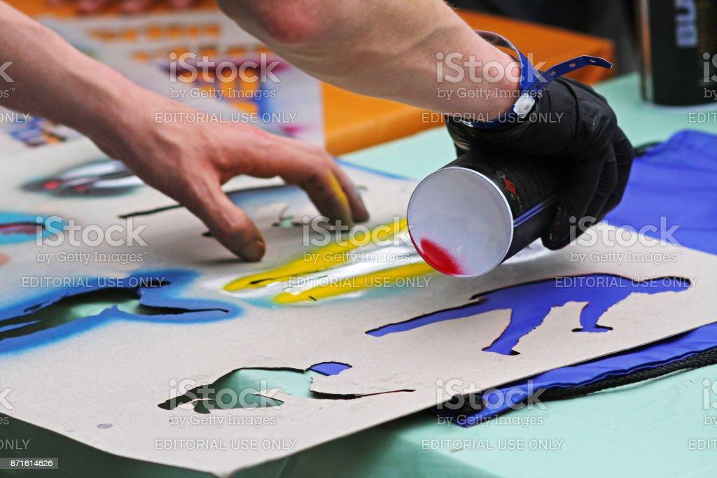 Fotografía de Artista De Graffiti De Las Manos Figura Dibujo En Tela ...
