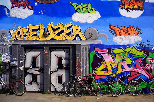 graffiti in kreuzberg in berlin, deutschland - kreuzberg stock-fotos und bilder